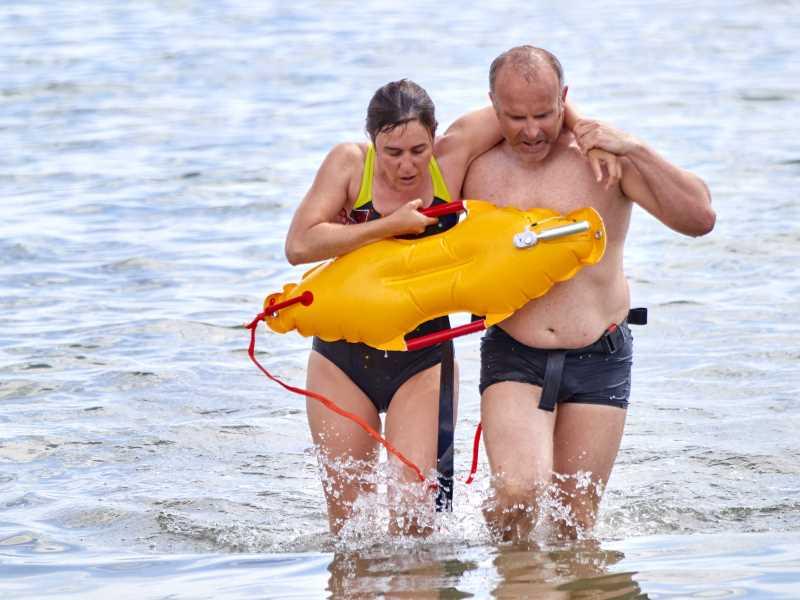 Simulacro de salvamento en la playa de Riells, el
